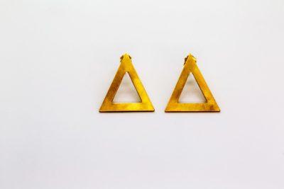 Επίχρυσα ματ σκουλαρίκια τρίγωνα από ορείχαλκο και ασημένια κουμπώματα, διαστάσεων 3 x 2,5 εκ.