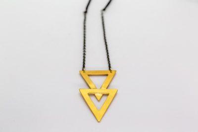 Επίχρυσο ματ κρεμαστό διπλό τρίγωνο από ορείχαλκο διαστάσεων 5 x 2,5 εκ. με ασημένια αλυσίδα & κορδόνι που αυξομειώνεται